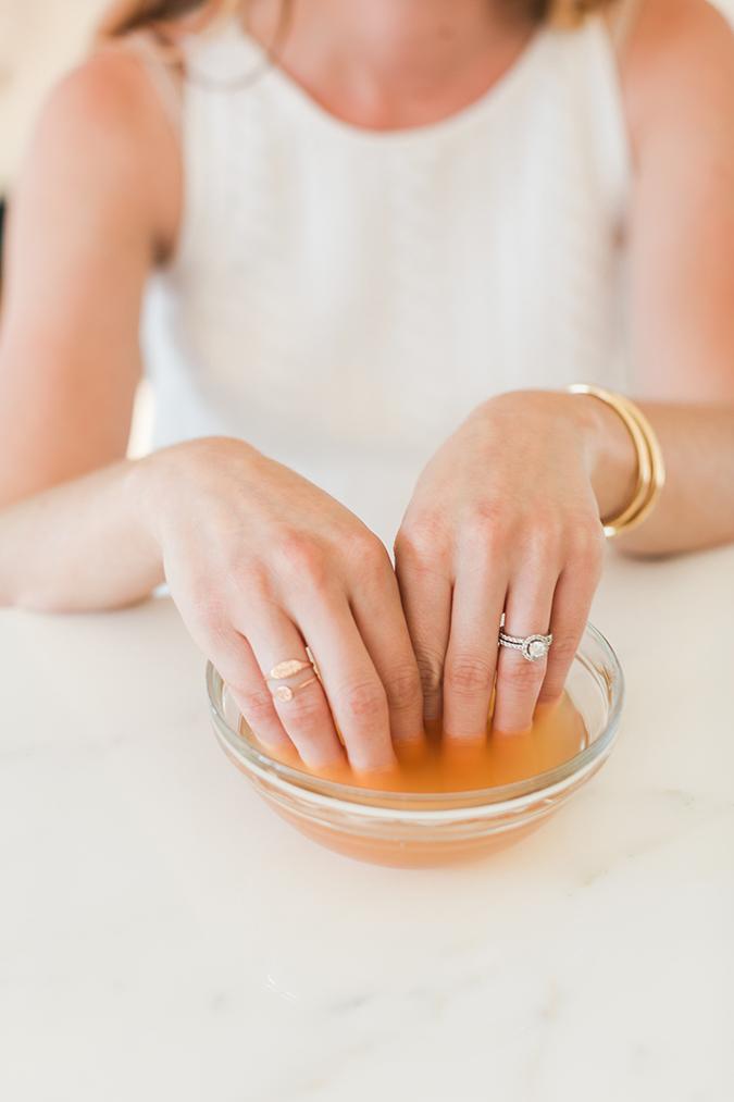 wie Sie Ihre eigene Gelpolitur für gesunde, natürliche Nägel herstellen können