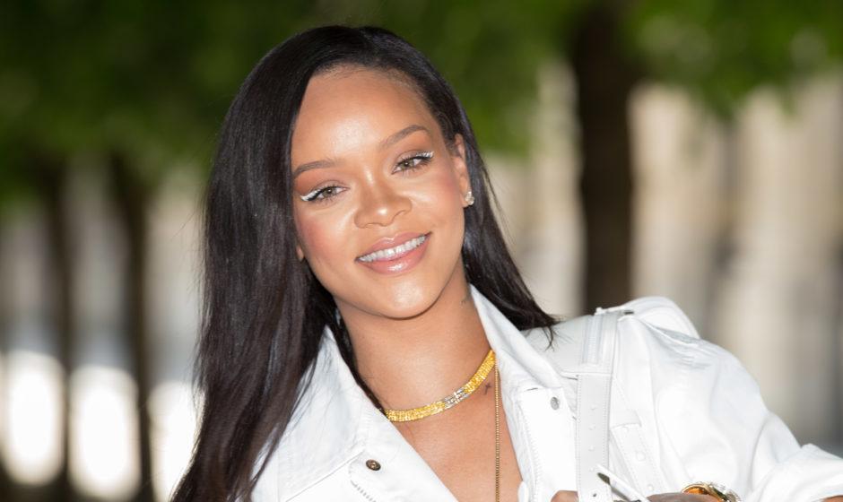 Rihanna hilft jemandem, sein Make-up-Kit zu finden, nachdem eine Fluggesellschaft es verloren hat