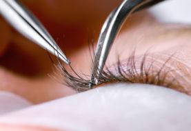Die Augen einer Frau waren verschlossen, nachdem ein Salon Sekundenkleber für die Wimpernverlängerung verwendet hatte
