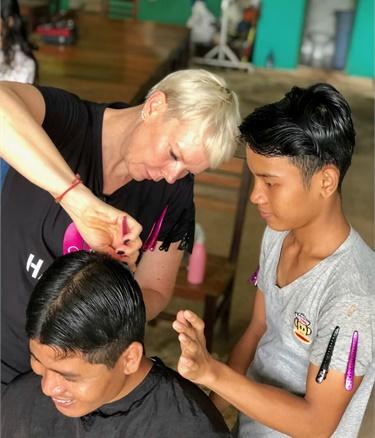 Tabatha Coffey unterrichtet Haircutting-Techniken in Kambodscha, während er sich freiwillig für Hair Aid einsetzt.