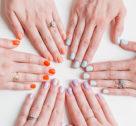 Nagelfeilen: Zweifarbiger Maniküre-Trend