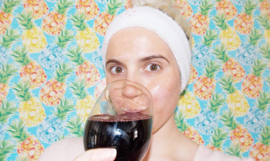 So stellen Sie eine mit Wein getränkte Gesichtsmaske her, ohne ein ganzes Glas opfern zu müssen