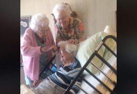 Zwei 90-jährige Frauen stylen das Haar ihrer Schwester, während sie sich im Hospiz befinden, in dem süßesten Video, das Sie je gesehen haben