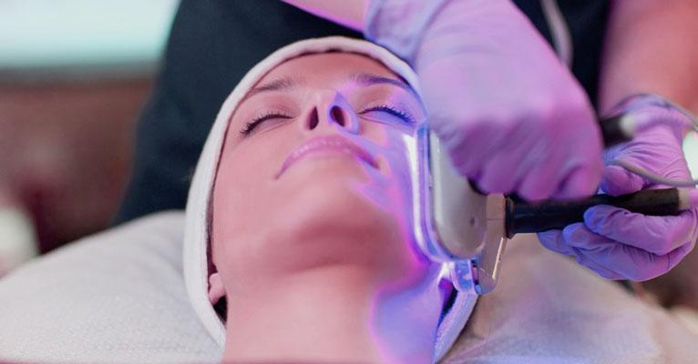 Blue Light-Behandlung für Akne: sicher & effektiv?