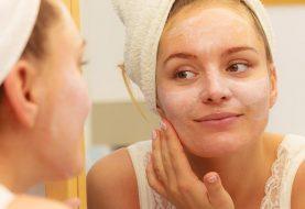 So tragen Sie Sonnenschutzmittel beim Tragen von Make-up auf