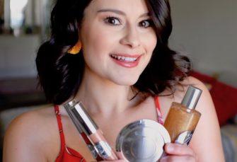 Eine selbsternannte Glow Queen dachte über die neue Make-up-Kollektion Chrissy Teigen x Becca nach